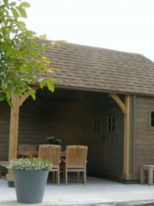 Houten tuinhuis met overdekt terras
